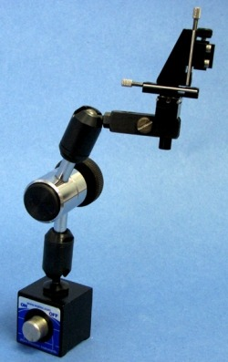 Optional magnetic base for micropositioners